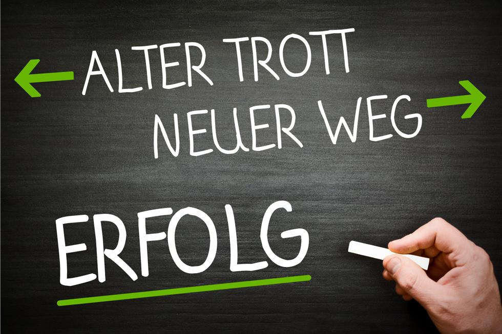 Tafel-mit-Hand_Trott